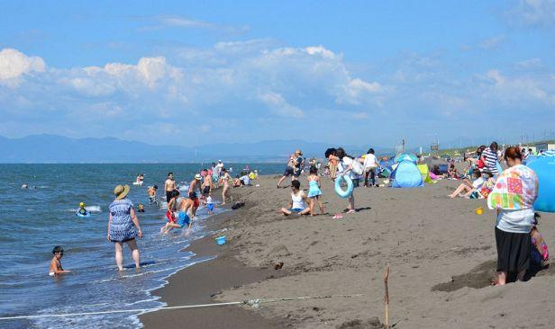 暑いのに…海水浴客減る一方 道内、ピークの6分の1