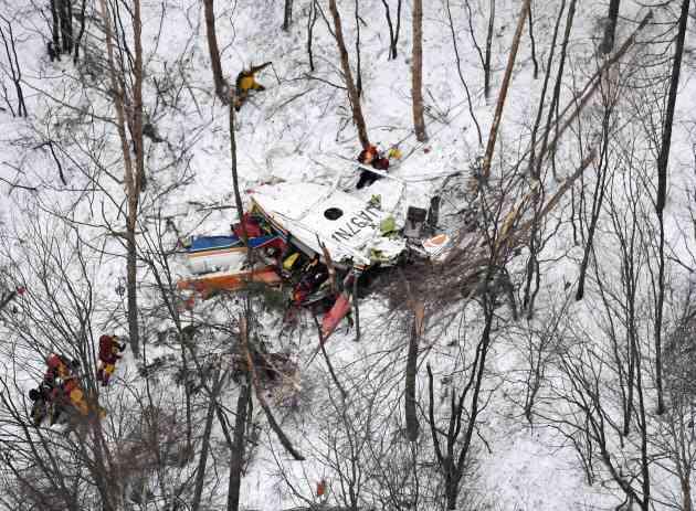長野県の防災ヘリ墜落、3人死亡 救助訓練中に (写真=共同) :日本経済新聞