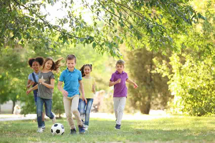 夏休みも部活でヘトヘトな日本の子たち。イタリアの少年サッカーは練習週2日、夏休みは完全オフ