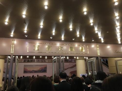 元HKT岡田栞奈さんが、宝塚の星組男役スターの七海ひろきさんとの食事会を報告し批判|ニフティニュース