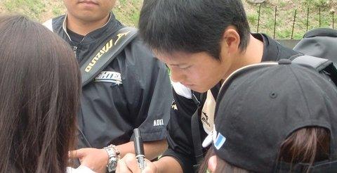 【恥ずかしい】大谷選手を応援していた留学生の日本人女性3人、騒ぎすぎて球団から注意を受ける事態に : オレ的ゲーム速報@刃