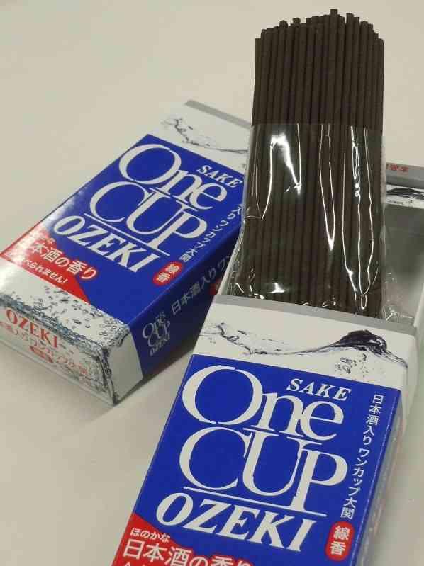 「ワンカップ大関」かたどった線香が人気