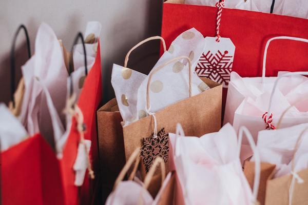 ブランド物のショップ袋、処分した家電の取扱説明書…家に眠っている捨てられないもの