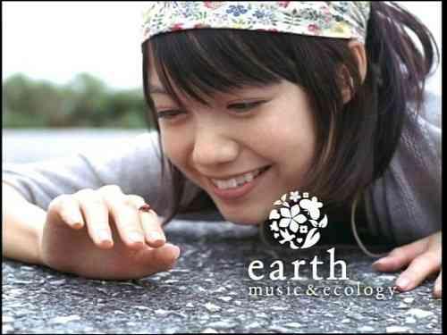 宮崎あおい『earth music&ecology』のCMでモヒカンの男性を子供扱い「わかる? ぼくちゃん」