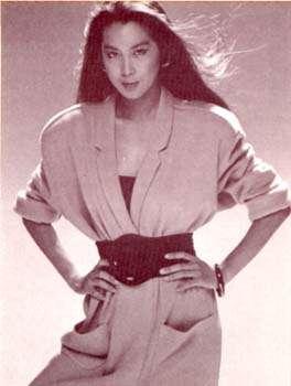 セレーナ・ゴメスは大きなイヤリング キャサリン妃は肩パッド バブル時代ファッションが流行