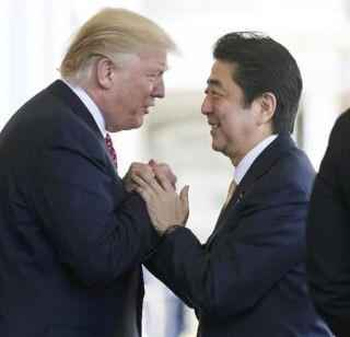 トランプ大統領、お辞儀なし 右腕2回軽くたたいて別れ惜しむ「御所は陛下が設計?」の質問も
