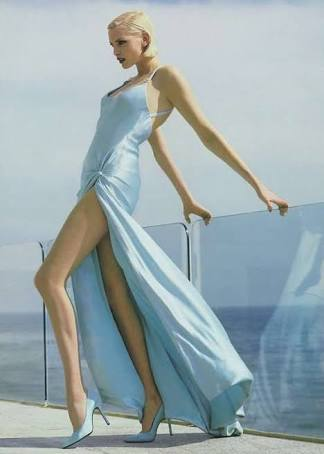 身長180センチのモデルが、自分の長い脚を上から見下ろすとこうなる