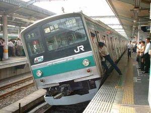 東京都民を怒らせる!? 電車の乗り方に「大阪は、どつく」「北海道もコレ」