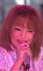 浜崎あゆみ、ベルサーチの高級布団で眠る愛犬たちの寝姿に反響続々