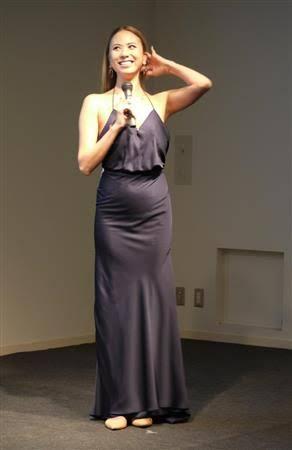 道端アンジェリカ、セクシーなスリップドレス姿に「世界一美しい妊婦」の声