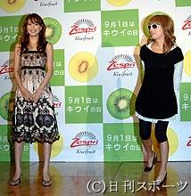 浜崎あゆみ、ピンクのミニ丈フリル衣装で美脚披露「めっちゃセクシー」