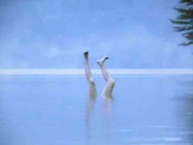 湖面から突き出た足を再現 背筋も凍るアイストレー「足氷」ヴィレヴァン通販に登場