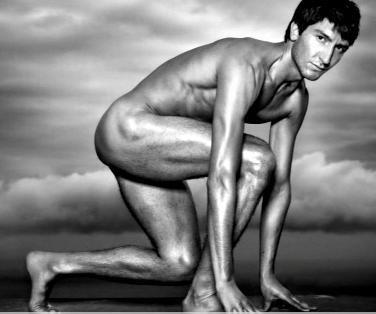 アダム・リッポン、人気スポーツ誌で鍛え抜かれた裸体を披露