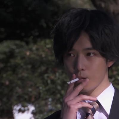 煙草を吸う俳優