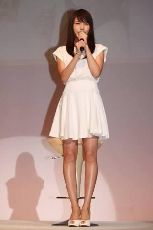 有村架純 美脚大賞に「びっくり」 膝上20センチのミニに「ソワソワしてます」