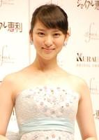 武井咲が自身初プロデュースのウエディングドレスを披露「さっさと結婚したい」