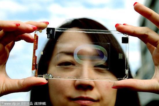 台湾の企業が透明のスマホを開発!