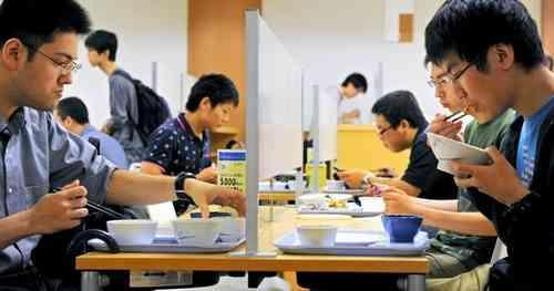 朝日新聞デジタル:視線気にせずおひとりさま 京大学食「ぼっち席」人気 - 社会