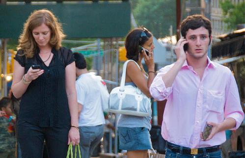 事故多発の『歩きスマホ』ついに対策協議へ 男性「歩きタバコのように規制したり監視員や警察が注意したりしないと実効性がないと思います」
