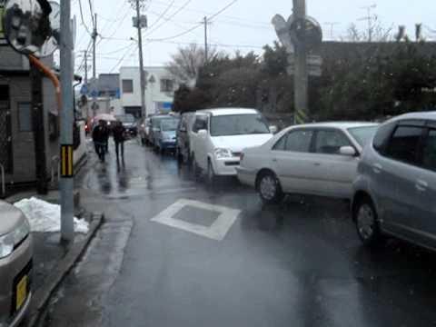 【石巻市】2011/3/11 15:40頃 津波前に日和山に避難してきた方々・車 - YouTube