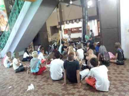 渋谷のギャル集団が中央線を占拠!迷惑行為を自慢