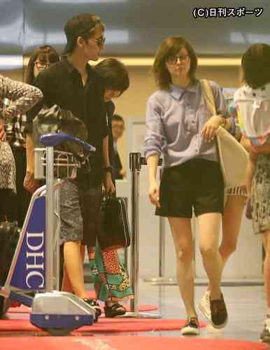 菅野美穂&堺雅人、ハワイから幸せ帰国!時間差で空港に登場