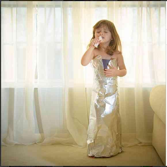 才能を感じずにはいられない! 4歳の少女が自分で作った紙のドレスがハイセンスすぎると話題に