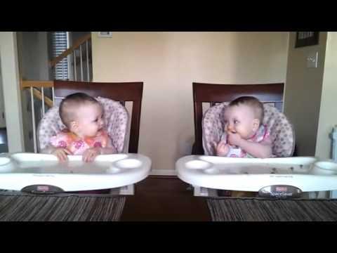 双子の赤ちゃんがパパの弾くギターにノリノリ - YouTube