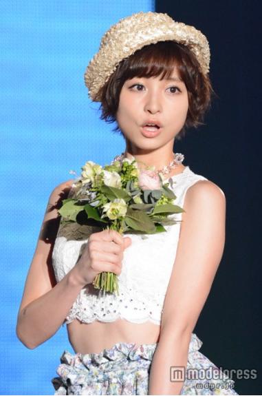 元AKB48篠田麻里子、お腹チラ見せ…春満開コーデで魅了