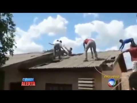 Sorriso: Ladrão atrapalhado tenta fugir pelo telhado e se dá mal - YouTube