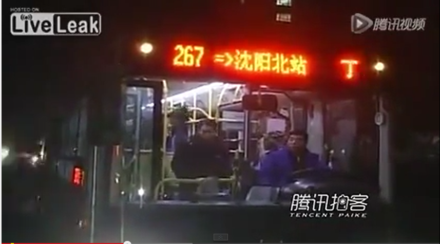 """【閲覧微注意】バスの中で放尿し注意された女、運転手を殴り""""アレ""""を投げつける。"""