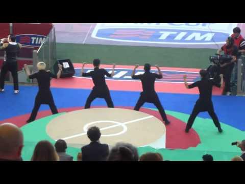 PSYがサッカーイタリア杯決勝で江南スタイルを歌い大ブーイング PSY was booed at Soccer Co - YouTube