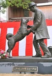 忠犬ハチ公:飼い主・上野教授と「再会」 東大に像 - 毎日新聞
