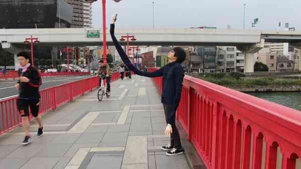 自撮り棒が恥ずかしい日本人男性、腕を長くすることを思いつき外国人に大ウケwwwwww : ユルクヤル、外国人から見た世界