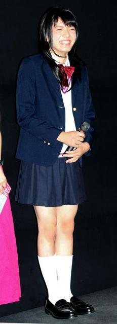 濱田龍臣、女子高生姿で舞台あいさつ 「むだ毛処理クリーム使ってます」