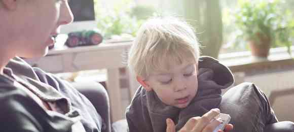 親のスマホ依存急増!画面に釘づけのママが与える子供への影響   MARCH(マーチ)