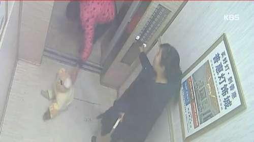 中国で新生児の赤ちゃんがエレベーターの中に捨てられる 他人は見て見ぬ振り