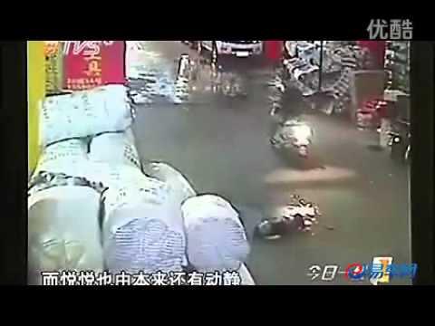 ついに「見殺し」に......車にひかれ放置の女児が死亡 - YouTube