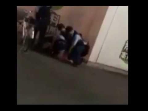 警察官が逮捕時に3回ひざ蹴り! - YouTube