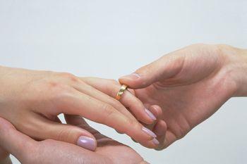 35歳過ぎると結婚はほぼ不可能((( ;゚Д゚))) できたのは「男性で3% 女性で2%」