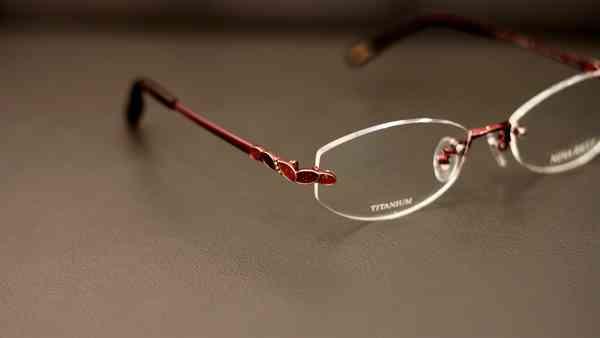 メガネが似合わない人