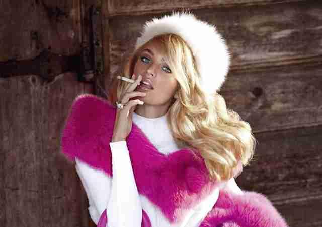 喫煙するモデル達   Celebee