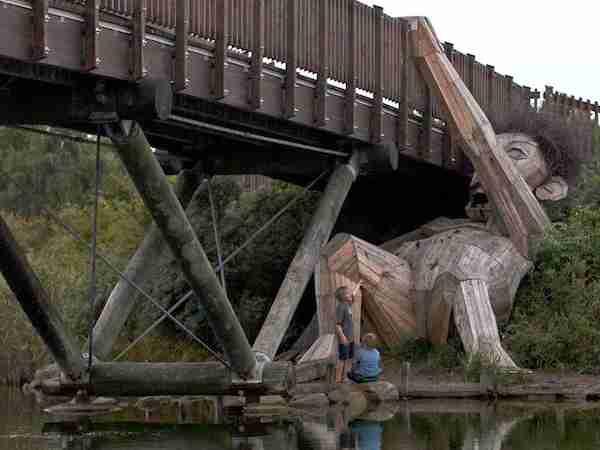 森に突然あらわれた巨人たち…北欧の廃材を使ったアートプロジェクトが斬新