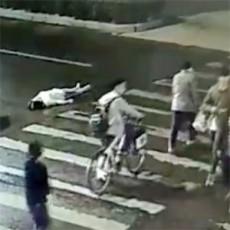公衆の面前で車にはねられるも放置された女性、再びひかれて死亡…