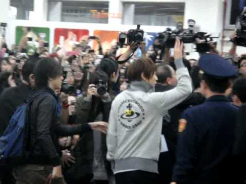 20111202 嵐-相葉雅紀 接機 in 台北松山空港 - YouTube