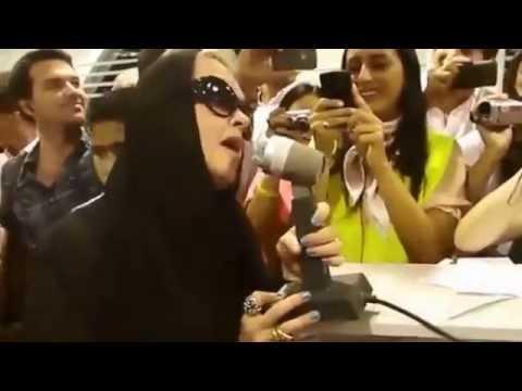 空港遅延で騒ぐ乗客を歌う事で収めたシンディローパー伝説映像 - YouTube