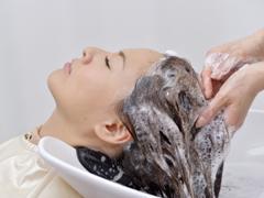 いつもの洗髪にちょっとひと手間。 髪質を改善する洗髪の極意