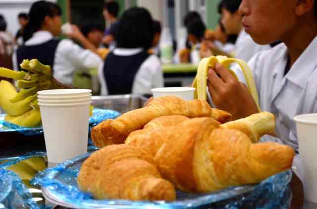 学校で朝食提供、欠食率改善へ フードバンクや住民協力
