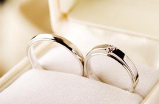 お金に余裕ないけど若い時に結婚するのと、お金に余裕ある30代で結婚するのとどっちがいい?よかった?