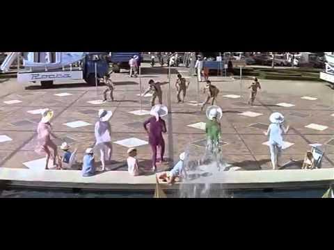 「ロシュフォールの恋人たち」キャラヴァン隊の到着 フランス映画 - YouTube